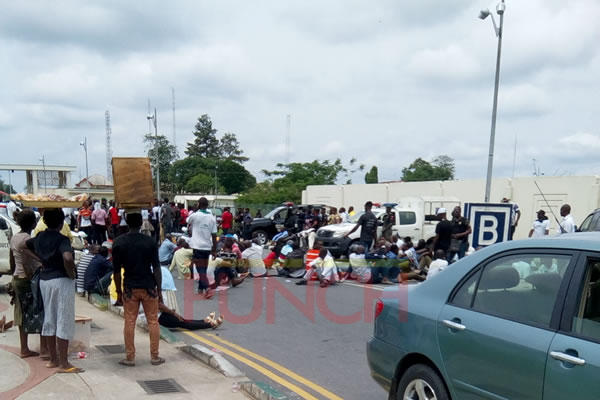 Ex-militants blocking the entrance of A'Ibom Govt house